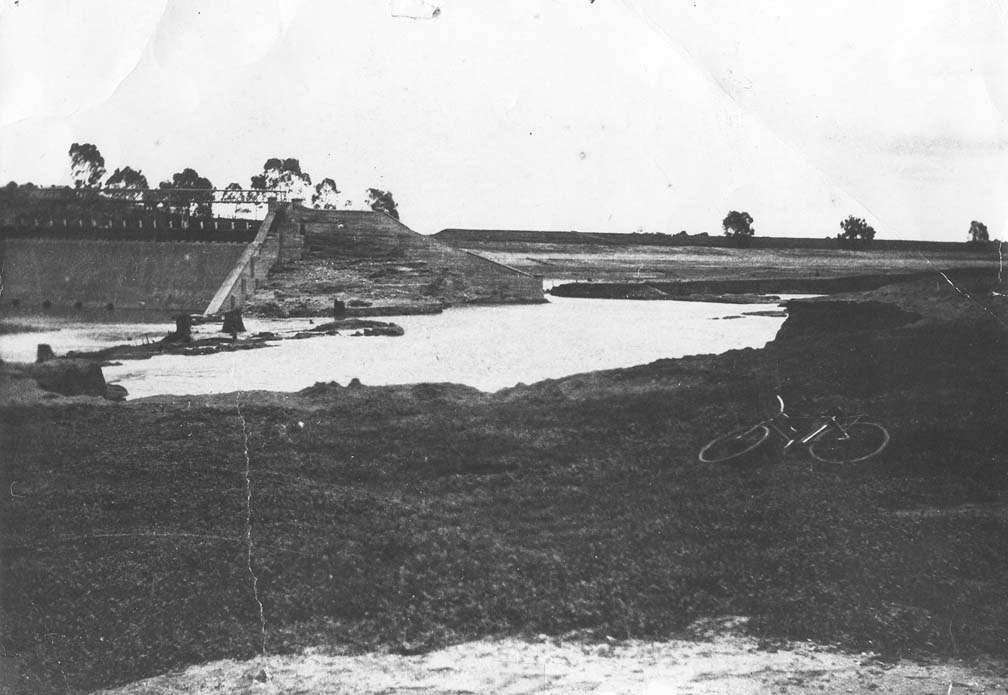 Dambreak of Laanecoori Reservoir in 1909.  Courtesy Department of Sustaibility and Environment